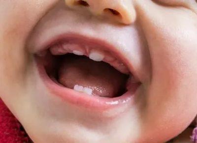 Когда у малыша появляется первый зуб