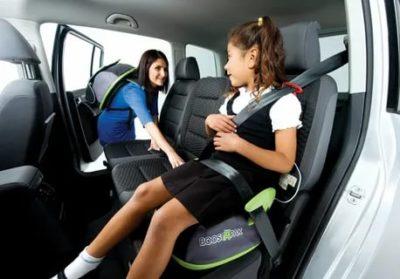 Можно ли перевозить ребенка на переднем сидении в бустере