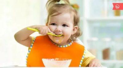В каком возрасте нужно учить ребенка есть ложкой
