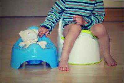 В каком возрасте можно сажать ребенка на горшок