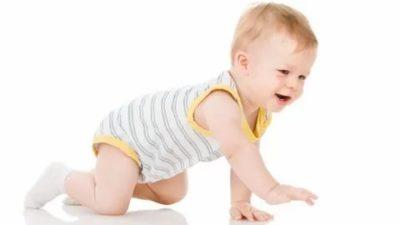 Когда ребенок начинает ползать на коленях
