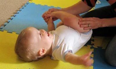 Когда ребенок начинает переворачиваться со спины на бок
