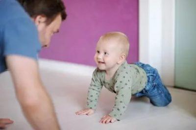 Когда можно начинать учить ребенка ползать