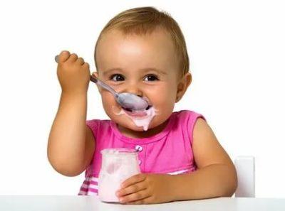 Когда можно начинать давать ребенку йогурт